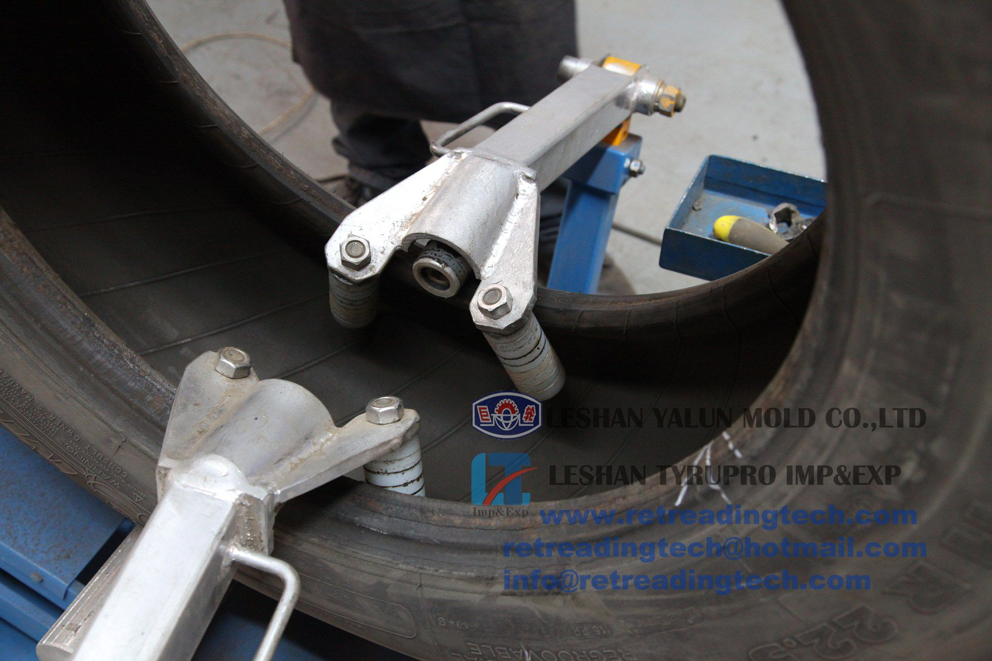 the tire inspection spreader spreads tire casing so the user can easily insptect the tire's condition